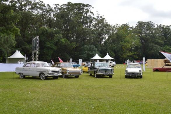 """Os pioneiros da recém criada indústria automobilística brasileira – Aero-Willys """"bolinha"""", Chrysler Esplanada, Aero-Willys """"quadrado"""" e o FNM """"JK"""" 2150 davam as boas vindas aos visitantes"""