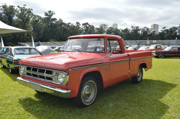 Sinfonia 318 V8. O Chrysler Club levou belos representantes como os Charger R/T e o Esplanada, primeiro modelo da marca no país. A picape D100 teve pouco mais de 2700 produzidas e hoje chama a atenção por ser rara