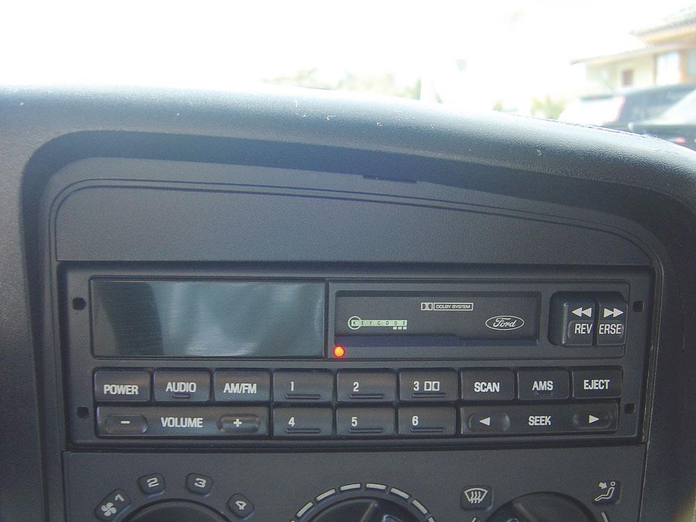 Símbolo de luxo na época, o toca-fitas com função autoreverse foi preservado nesse exemplar do Ford Versailles Ghia