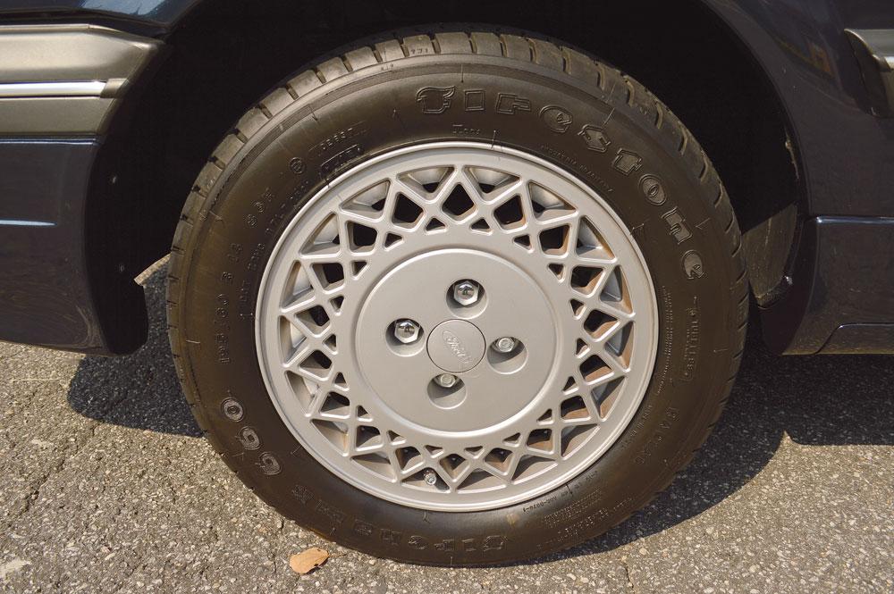 Os projetistas da Ford estavam num dia muito inspirado quando desenharam as belas rodas raiadas aro 14 da versão Ghia