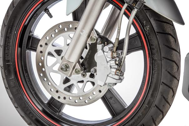 O freio tem disco de 240 mm