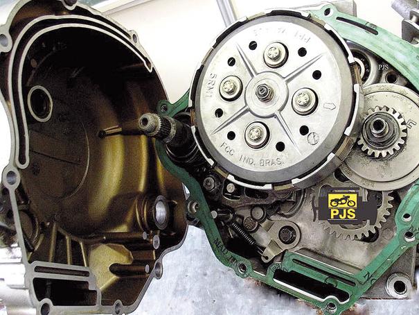 1. após retirar o óleo do motor remova a tampa da embreagem