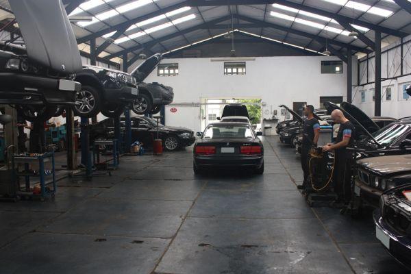 Diversos modelos e gerações de BMW são atendidos com o mesmo cuidado