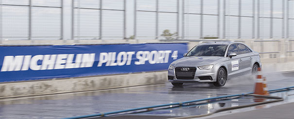 Testes TÜV SÜD: em uma pista molhada, foi medida a distância que o carro percorreu até atingir 20 km/h, a partir de uma velocidade inicial de 80 km/h