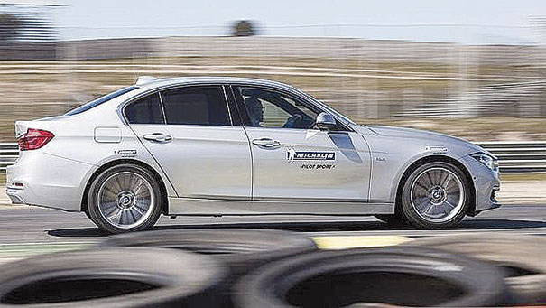 Testes TÜV SÜD: em uma reta asfaltada seca, foi medida a distância que o carro percorreu até parar o veículo a partir de uma velocidade inicial de 100 Km/h
