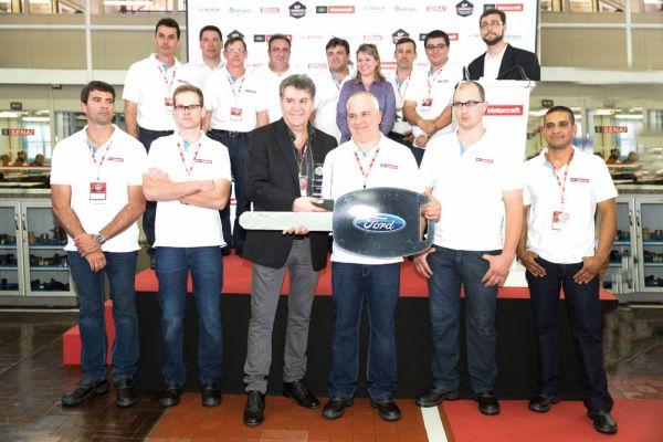Antonio Taranto, Diretor de Serviços ao cliente da Ford América do Sul, entrega a chave simbólica ao vencedor Ricardo Cramer, junto aos finalistas e equipe de Pós-vendas da Ford