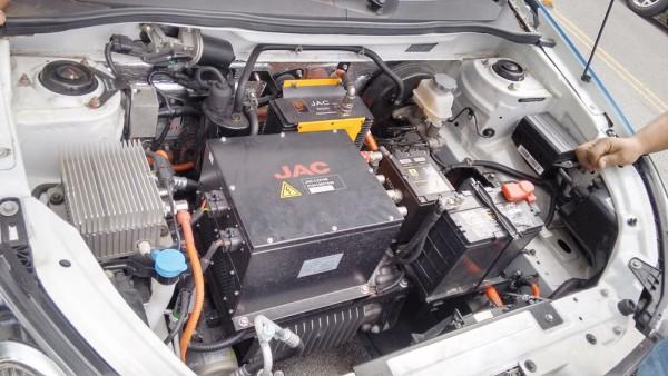 Vista do compartimento do motor de um carro elétrico é bem diferente de um modelo convencional