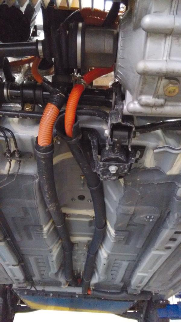 Eletrodutos flexíveis protegem cabos e conectores blindados para alta tensão
