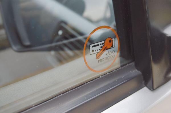 O sistema de som trazia um código de segurança que o inutilizava caso fosse instalado em outro carro