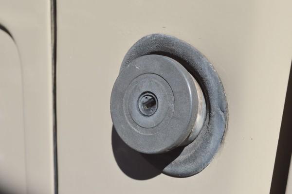 O acesso para o abastecimento se dava ao lado da porta do motorista, facilidade para o manuseio