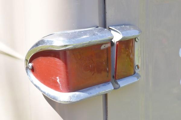 Já as lanternas de cor única não traziam qualquer indicação de luz de seta ou ré