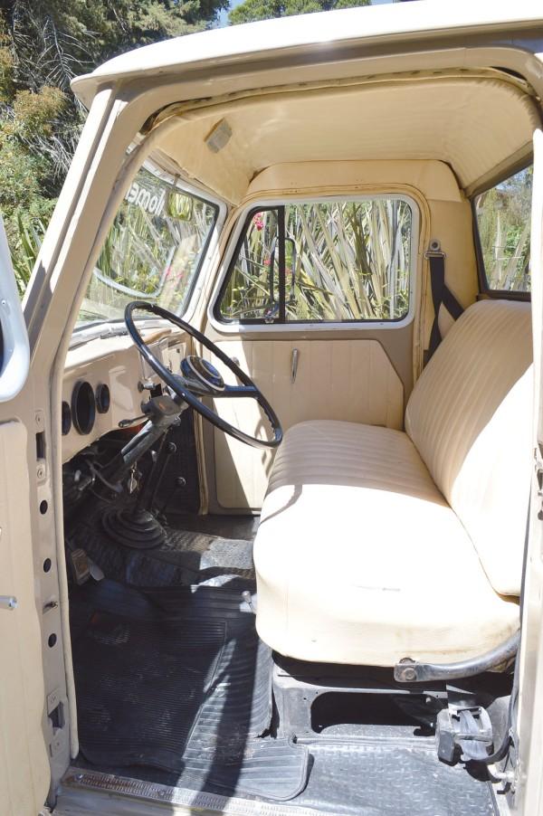 O interior podia transportar três passageiros, o central ia com as pernas apoiadas no túnel central