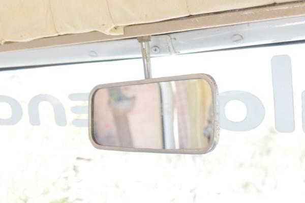 O pequeno retrovisor era compensado pela ampla vigia traseira, que oferecia ótima visibilidade