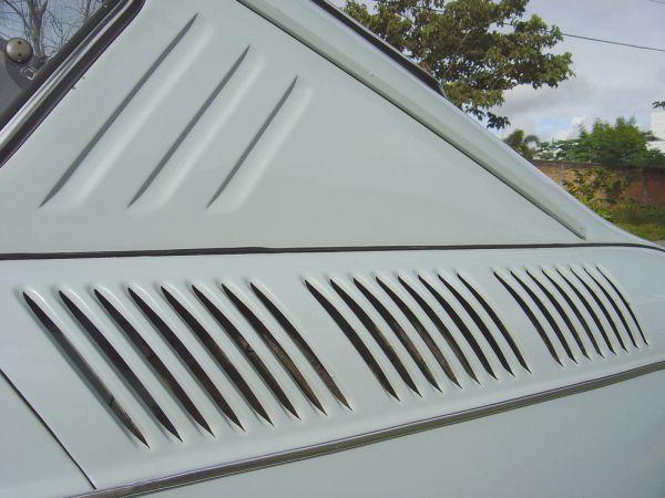 As fendas laterais para refrigerar o motor davam um charme à lateral traseira