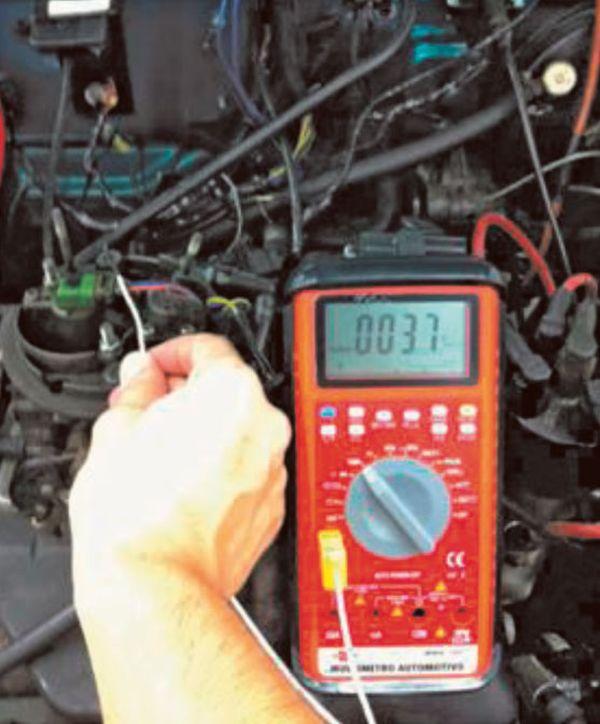 Fig 10 – Termopar ligado ao Multímetro e sua ponta posicionada em um ponto do Motor para verificação de temperatura