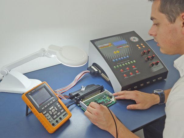 Fig. 10 – Realizando testes com osciloscópio e simulador em módulo de injeção eletrônica