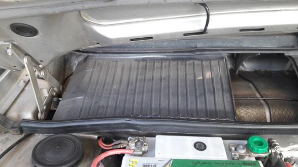 Foto de VW Santana: Defletor de chuva em cima do sistema de captação de ar externo