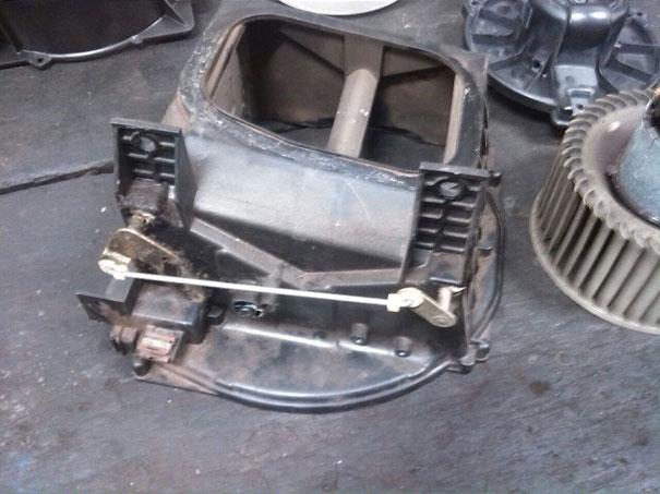 Foto da caixa evaporadora, parte da ventilação interna, desmontada