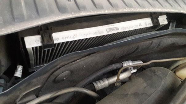Foto do sistema de filtro de cabine do GM Corsa Hatch: Um exemplo de modelo de sistema de filtragem de somente ar externo, não tendo filtragem do ar interno