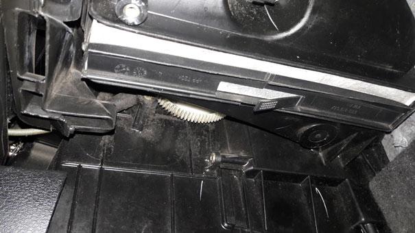 Foto de um VW Fox, com sistema de filtro de cabine com filtragem de ar externo e interno. Neste caso sem tampa (já removida), e com filtro de cabine sujo no local