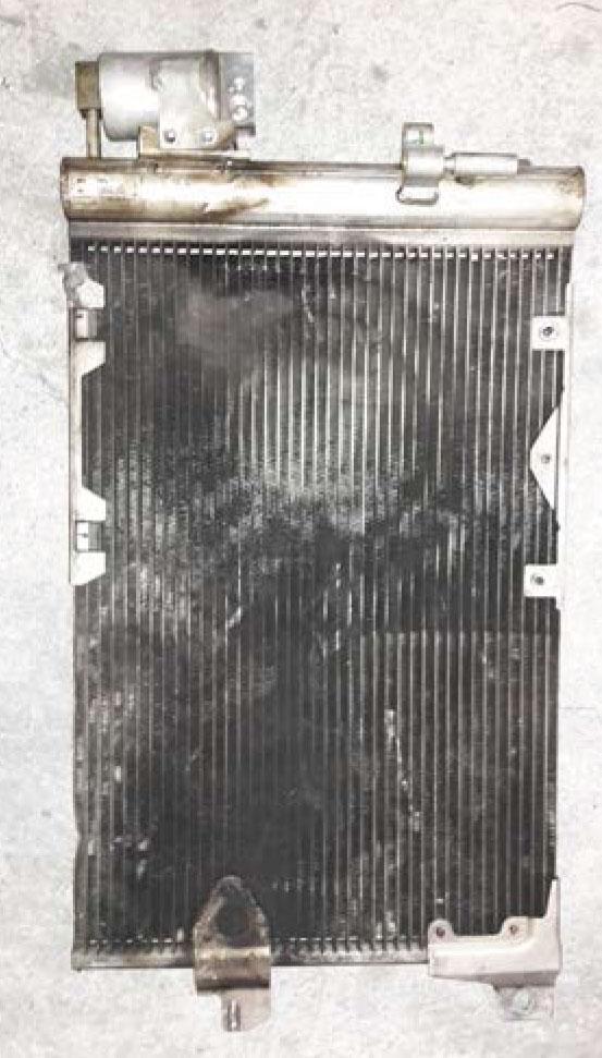 Foto do condensador do Astra/Zafira modelo antigo até 2006, com o filtro secado acoplado na saída do mesmo