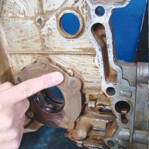 Tampa frontal do motor com marcas de raspado devido à folga excessiva da corrente de comando