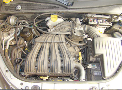 Ao mesmo tempo em que o cofre do motor oferece espaço para a manutenção, alguns itens apresentam acesso dificultado