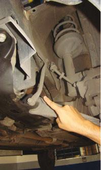 O reparador deve manter a haste de apoio entre a bandeja e a lataria, caso contrário o veículo apresentará ruídos ao passar por irregularidades