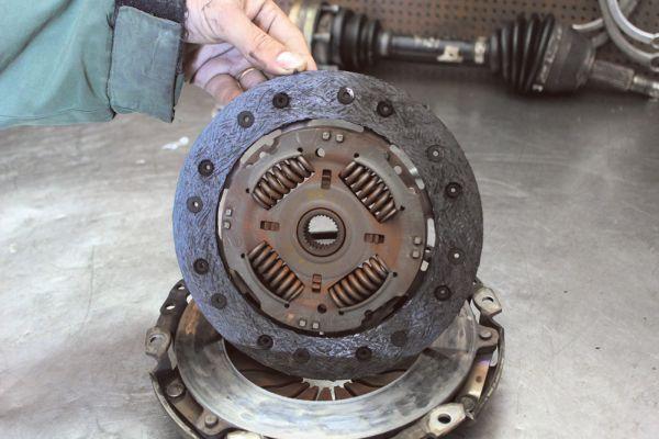 Embreagem, reparador recomenda a reposição por peça que atende às especificações do fabricante, principalmente a motorização em que é instalada