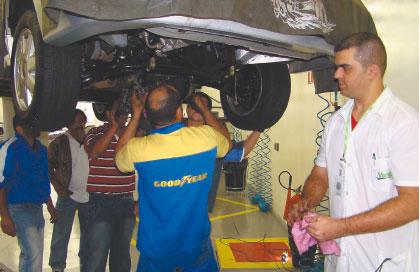 O instrutor da Valeo Robson Ferreira observa os participantes do treinamento  que puderam colocar em prática todos os ensinamentos obtidos