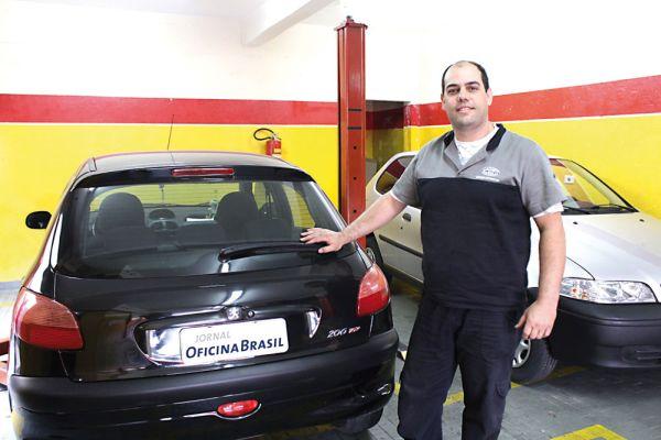 """Fábio Alves ao lado do Peugeot 206 - """"pelo menos dois por semana são referentes a falhas nesta suspensão"""""""