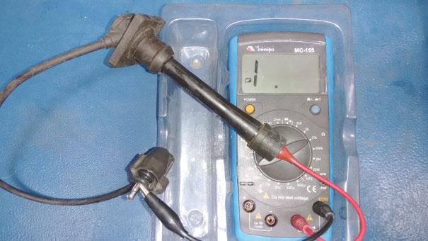 Figura 8- Medindo a resistência dos cabos de ignição. Cabo avariado