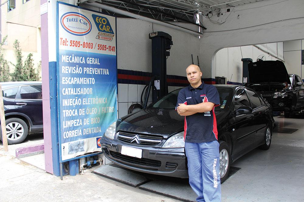 Jeferson de Oliveira, técnico na oficina Tutti Car ao lado do C5