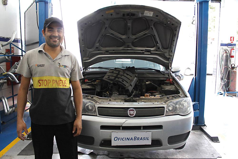 Reparador Eduardo e o Fiat Palio que teve o painel retirado para a realização da manutenção
