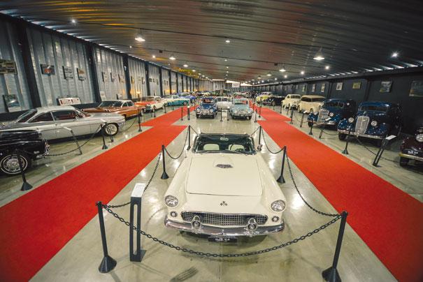 A área de exposição traz um rico acervo de carros e motos compreendidos entre os anos de 1910 a 1960. Em primeiro plano o Ford Thunderbird 1956 e a moto Harley-Davidson com a típica sirene policial do lado esquerdo