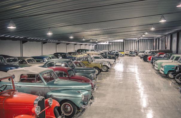 Outro local interessante é o espaço dedicado a compra e venda de veículos antigos, com uma ampla variedade de marcas e modelos