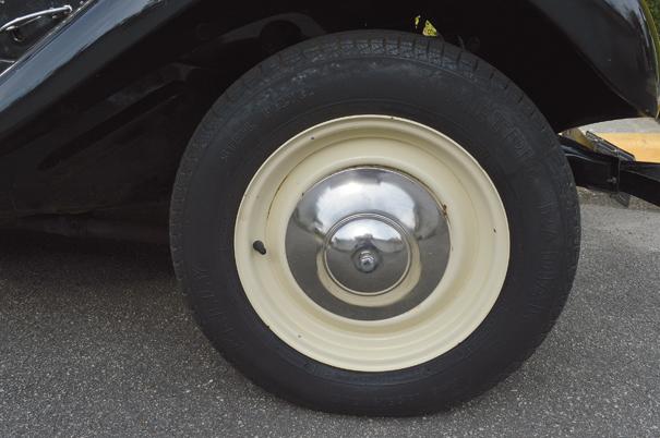 As rodas traziam desenho simples e tinham como característica serem pintadas nesse tom creme com a calota central cromada