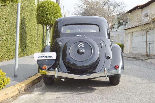 O estepe vinha protegido por uma capa moldada na tampa do porta-malas; além de facilitar o acesso o pneu deixava a traseira harmoniosa
