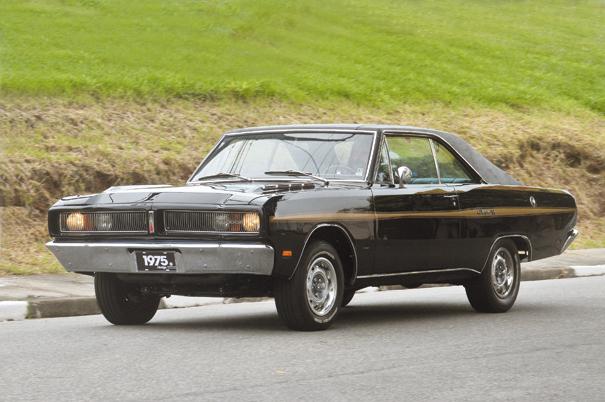 Charger R/T em movimento, um estilo que consagrou a Chrysler do Brasil como fabricante de esportivos V8 no Brasil