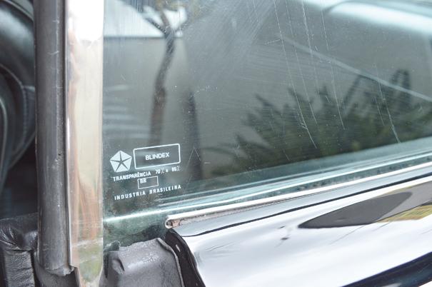 Os vidros originais laterais são da marca Blindex