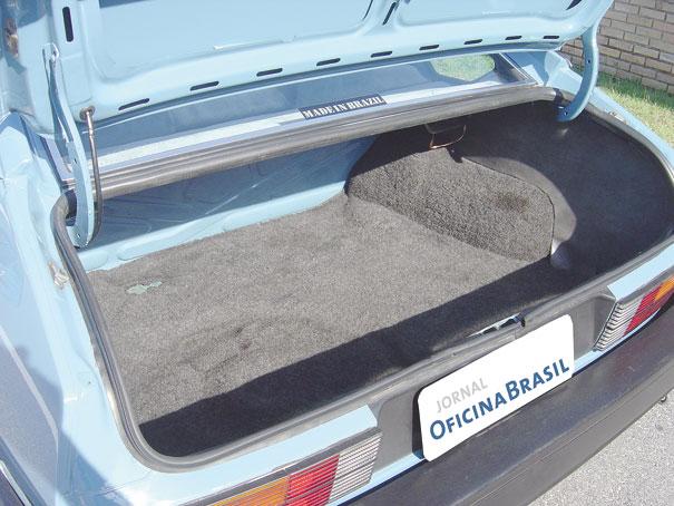 Porta-malas todo revestido com carpete espesso tem capacidade de 362 litros de carga