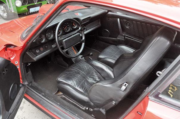O interior refinado com direito a bancos de couro, vidros elétricos e rádio toca-fitas, em nada o 911 turbo lembra as origens das pistas de corrida