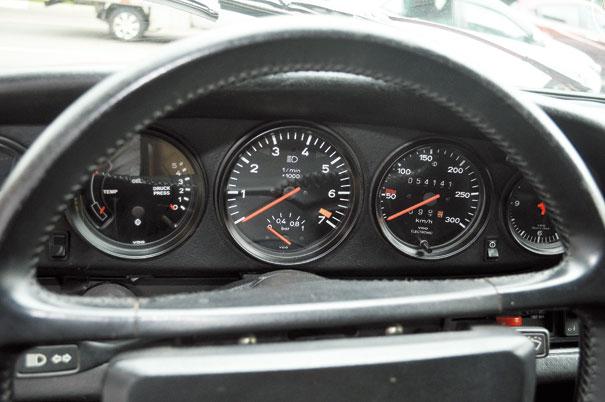 Painel de instrumentos completo é algo raro em esportivos, já o conta-giros ao centro tornou-se marca registrada do modelo 911