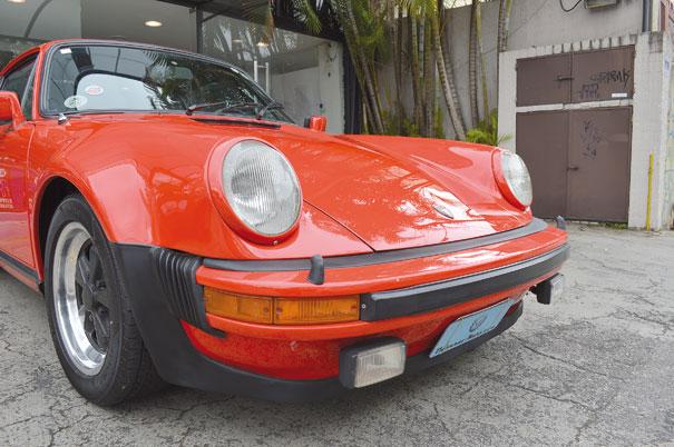 Os duplos faróis dianteiros tornaram-se identidade do 911 e servem até como padrão para os demais modelos da Porsche