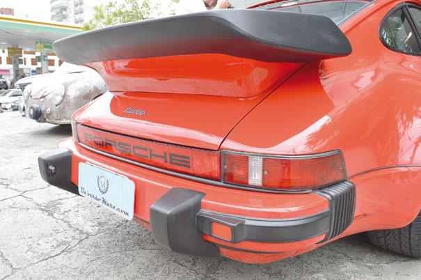 Nome Porsche vem em destaque no refletor