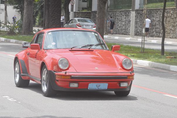 Em movimento o Porsche 911 mostra toda sua vivacidade em acelerar e arrancar sorrisos