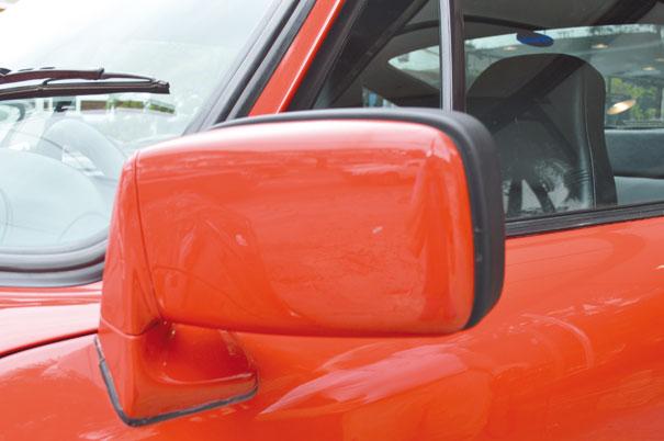 Os grandes retrovisores conferem boa visibilidade, embora fosse quase impossível ver alguém na cola do 911 turbo