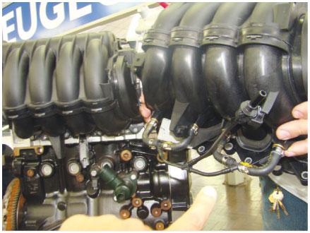 Imagem 1 - Coletor antigo a esquerda e o novo a direita, com os orifícios para injeção de gasolina