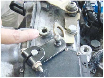 Imagem 3 - Bujão menor, correto para adição de fluído hidráulico na caixa AL4