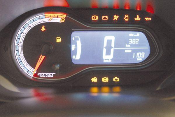 Painel de instrumentos com as lâmpadas de avarias do Onix, sinalizando a gama de componentes monitorados